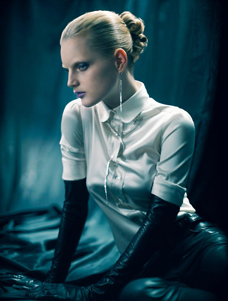 Opera gloves is typical of queenly style, and most befitting for elegant Caucasian.